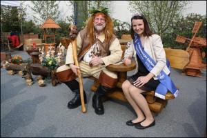 Die amtierende Nudelkönigin Susanne Balzer mit dem Riesaer Riesen (Foto: Teigwaren Riesa)