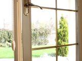 Warnung vor gekippten Fenstern in der dunklen Jahreszeit